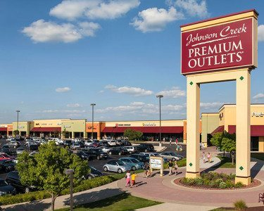 Johnson-CreekPremium-Outlets-Sign-and-stores